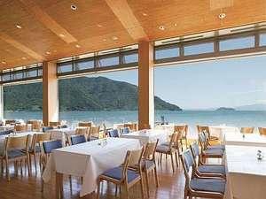 明るい日差しが差し込むレストラン「竹生」。琵琶湖が一望できます。