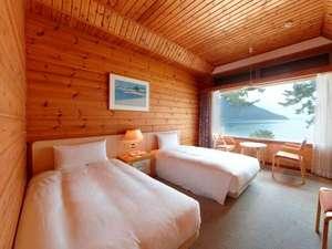 琵琶湖の絶景を楽しめる客室。木の魅力をふんだんに取り入れナチュラルで落ち着いたイメージ。
