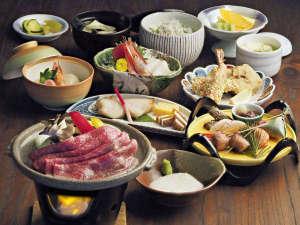 【夕食】地場産の野菜や旬のものをふんだんに織り込んだ調理長自慢の料理をお楽しみください。