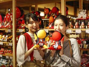 飛騨のお土産の定番「さるぼぼ」。色のもつ意味がそれぞれお異なります。
