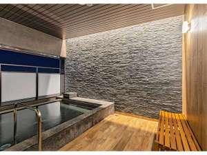 大浴場は半露天風呂もご用意。旭川の風を感じながらご入浴頂けます