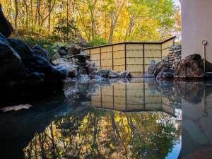 【秋の露天風呂】山の斜面に面している露天風呂だから見られるこの景色。例年10月後半が見頃となります。