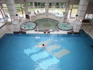 プールと温泉のバーデゾーン