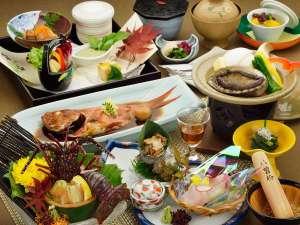 【秋から冬の目玉♪】鮑陶板焼き・金目鯛姿煮・伊勢海老お刺身1人1尾付 の料理例。