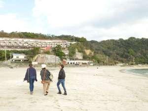 下田大和館の目の前は白砂の多々戸浜です。散歩を楽しんでください