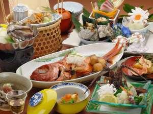 春から初夏の目玉。鮑は陶板焼きで伊勢海老お刺身で金目鯛は1人1匹付(お子様は料理内容が異なります)