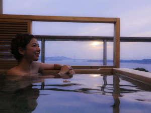 鳴門海峡に沈みゆく雄大な夕映えを眺めながらとろとろの泉質が自慢の潮崎温泉を満喫できる