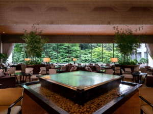1階の「ロビーラウンジ バンブー」では、陽光あふれるティータイムをお楽しみいただけます。