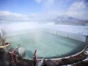 ■空中露天風呂「天女の湯」(冬)/結氷した阿寒湖が美しく輝いてとっても綺麗!