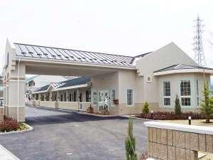広い客室にクイーンサイズベッド2台を配置した人気のロードサイドホテル。