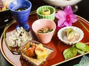【和食膳・前菜一例】最上の旬が味わえる、見た目も華やかな料理が並びます