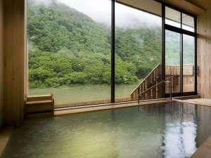 【総檜造りの温泉浴場】木の香りを感じながら、肌に優しい泉質の温泉に浸かる至福の時間。