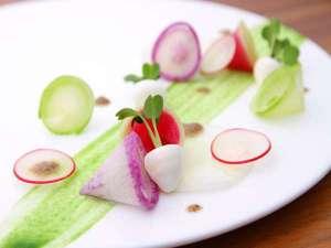 カブに見立てたムースと根菜サラダ