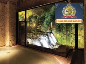 会津の名所・名瀑「伏見ヶ滝」を望む、絶景の大浴場「庄助風呂」の夜のライトアップイメージ♪
