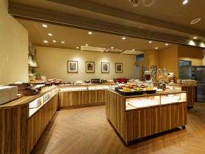 朝食会場は1階レストラン「ル・ミストラル」 和洋バイキングをご用意しております