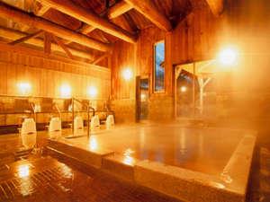 木の香り漂う大浴場。琥珀色の温泉でのんびりくつろいで下さいね