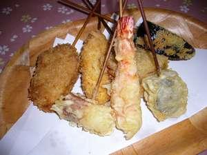 30年揚げ物を揚げ続けている料理人のオーナーが揚げる串揚げを1本ずつ揚げたてでお出しします