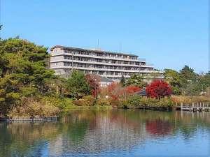 秋の鏡ヶ池を臨む、自然に恵まれた宿