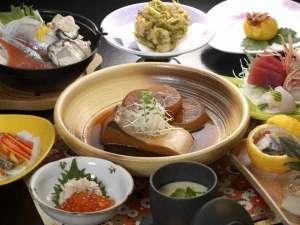 三陸の海の恵みをふんだんに使った季節のお料理。料亭で腕を磨いた板前の技が光る自慢の品々です。