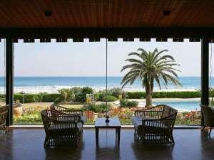 海を一望するホテルロビー