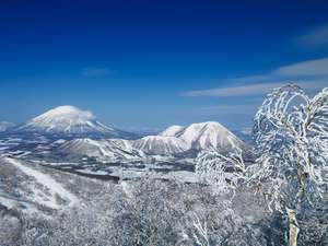 イゾラ山頂から望む「ルスツリゾート全景」※左手の山は「羊蹄山」
