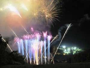 【日程限定】花火大会:緑の芝生と夜空を照らす高原花火は一味違います♪
