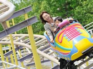 【遊園地】ゴーゴースニーカー:カラフルな靴の形のキッズも乗れるコースター(4歳以上・身長110cm以上ok)