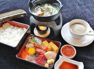 朝食【期間限定】海鮮重お好みで盛り付けしてお召し上がりくださいませ。