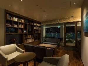 【ライブラリーラウンジ(夜)】宿泊のお客様専用のラウンジを13階にご用意いたしております。