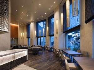 【レストラン】天井高6mのゆとりある空間となっております。