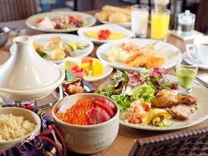 【朝食】炊き立てご飯にツヤツヤ輝くイクラ。オリジナルの海鮮丼を作ってみては如何でしょうか?