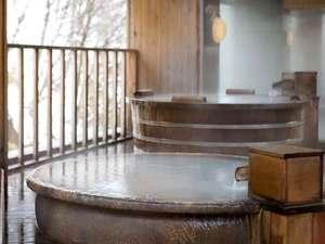 銀杏館最上階の露天風呂。銀杏館露天風呂。檜造りと信楽焼きの2種類の浴槽で雪見風呂をお楽しみください