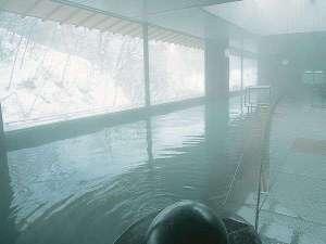 辛夷館大浴場【冬】降り積もる雪を見ながらの湯浴みを…