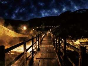 地獄谷の遊歩道を照らす「鬼火の路」。幻想的な夜の姿が浮かび上がります。