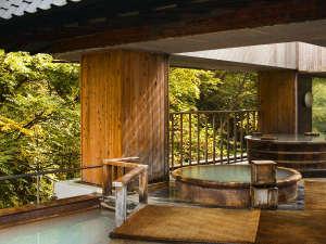 【露天風呂】初秋、黄色く色づき始めた木々と最上階の露天風呂。