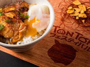 【TONTONフェスティバル♪夕食一例】とろ~り卵がたまらない!ポークスタミナ丼 温泉卵添え。