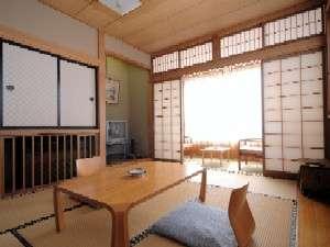 里山風情の素朴さが心地いい清潔な客室一例