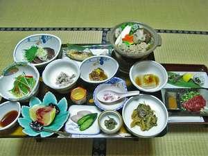 *馬刺しとカジカの天ぷらなどがついたグレードアップのお料理!山の恵みを召し上がれ♪