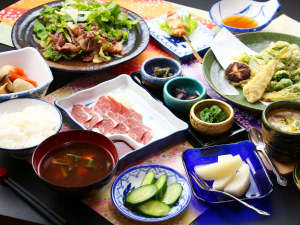 自家製の野菜や山で採れた採れたての季節の山菜をふんだんに使った自家製創作料理