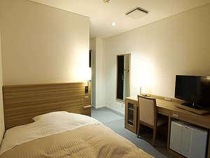 シングルルームは専用のセミダブルベッドで快適にお休みいただけます。