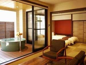 <客室>露天風呂付客室は1日2組限定。大きな陶器風呂を独り占め♪