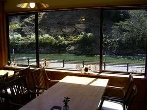 目の前に清流と露天風呂を眺めるレストラン