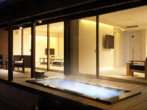 『清夏-せいか-』露天風呂より眺めたお部屋の様子。幻想的な光と共に