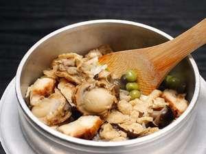 「海鮮釜飯」帆立や穴子・キノコがたっぷり。炊きたてアツアツを!地元農家さんのお米で炊いてます。
