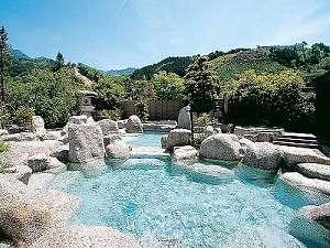 オブジェのような石越しに広がる南信州の大自然を見渡せる露天風呂。