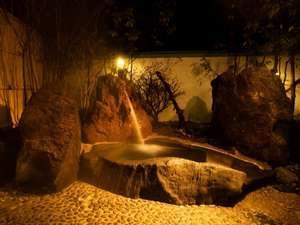貸切風呂「桜花の湯」の露天風呂。湯船につかり見上げると紅葉の木陰が心地いい。