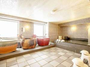 【男子大浴場全景】福山城をイメージしたシックで力強いデザインです。