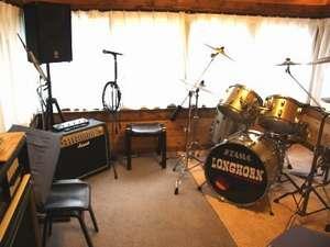 音楽スタジオ(演奏・カラオケ)。ギター・ベースアンプ、キーボード利用は事前申し込みです。(無料)