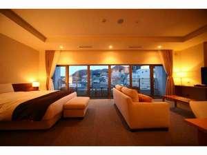【デラックスダブルルーム44㎡‐1】窓が大きく正面に函館山を望みます。絶大な人気を誇るお部屋です。