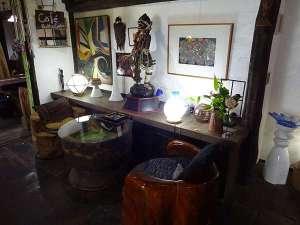 世界中から集めた骨董品が並ぶロビー